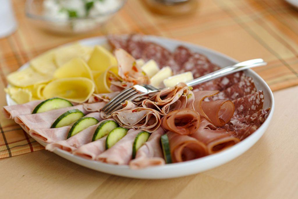 Frühstücksteller mit Wurst und Käse – Privatzimmer Haring