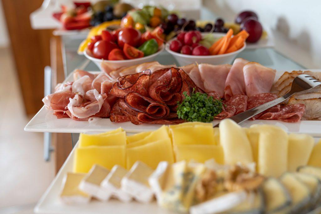 Frühstücksbuffet mit Käse und Wurst