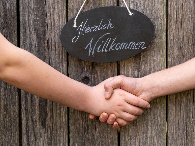 Herzlichwillkommen Tafel mit zwei Händen