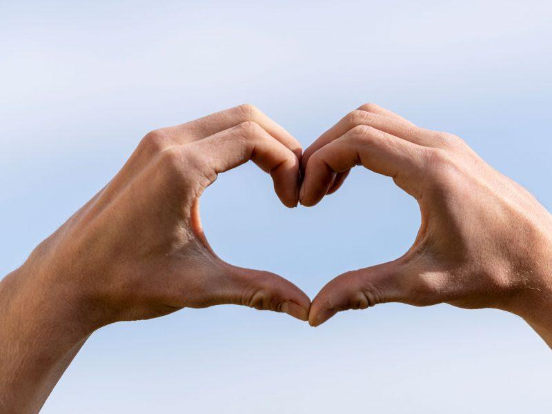 Zwei Hände formen ein Herz